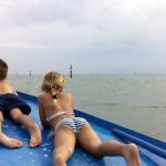 bambini in barca a grado