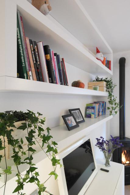 libreria in soggiorno con le mensole lack di ikea