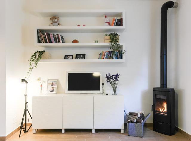 Libreria in soggiorno con le mensole lack di ikea for Mensole per doccia ikea