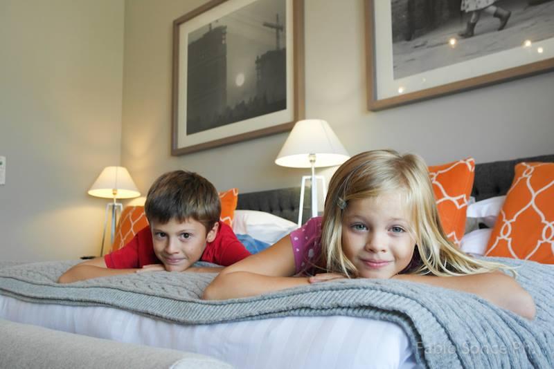bambini in hotel durante viaggio
