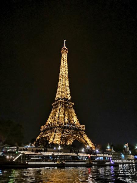 Tour Eiffel illuminata alla sera