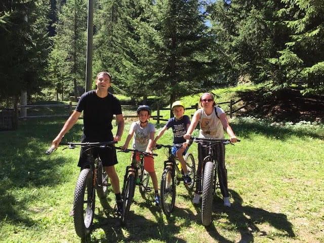 famiglia mountain bike Cogne