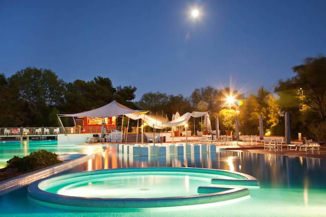 piscina villaggio di sera con luci