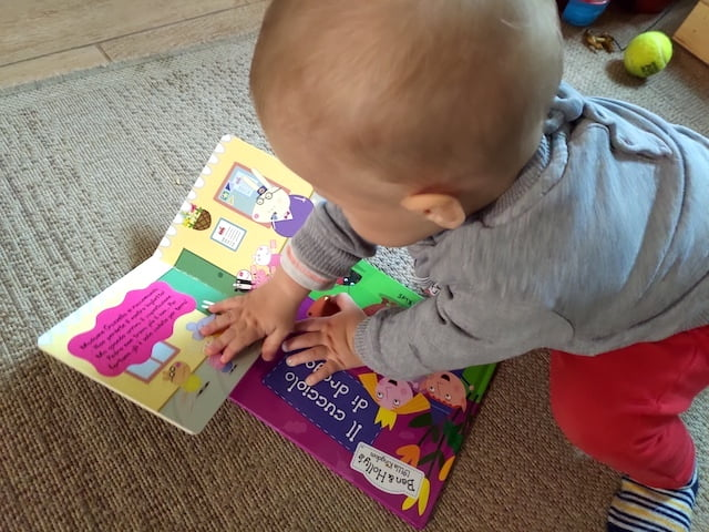neonato con libri