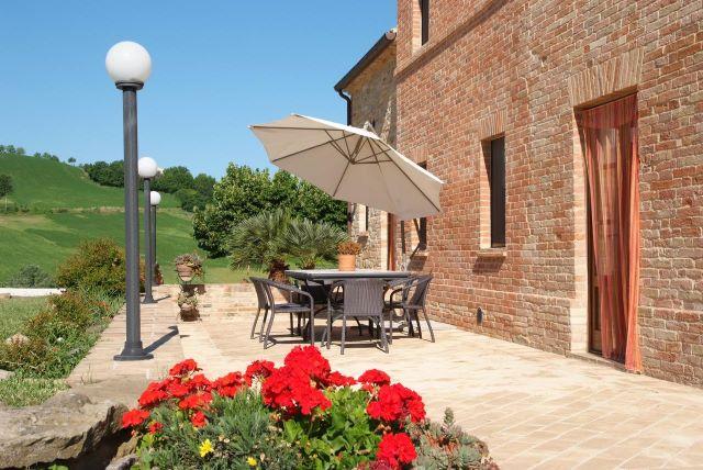 tavolo in giardino alloggio collina Marche